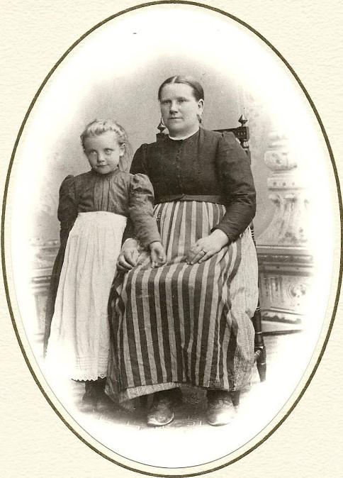 Tämän kuvan alt-attribuutti on tyhjä; Tiedoston nimi on 1-Elina-ja-Loviisa-äiti.jpg